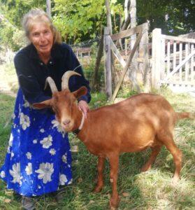 Erika Klančnik se dobro razume s kozo.